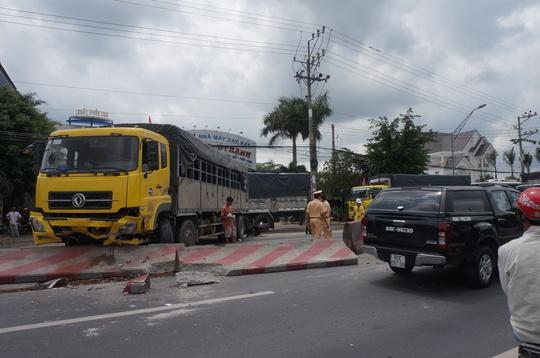 Hiện trường xe tải tông vào dải phân cách, làm hai vợ chồng đi sau cũng bị tai nạn