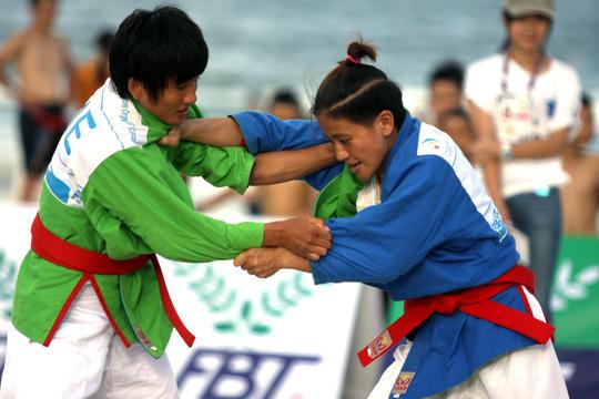 Văn Ngọc Tú (phải) bất ngờ thua ngược Hoàng Thị Tình ở chung kết hạng cân 48 kg môn kurash