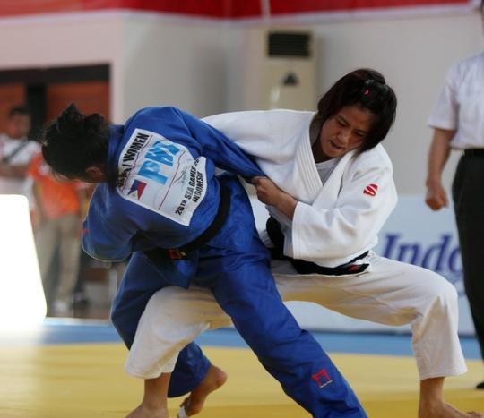 Văn Ngọc Tú (phải) thống trị hạng cân 48 kg trong làng judo Đông Nam Á