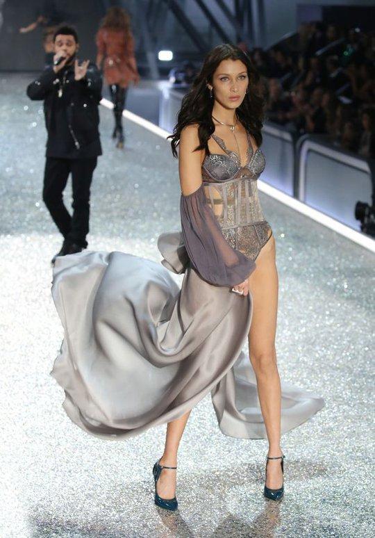Bella Hadid hở hết cỡ trên thảm đỏ