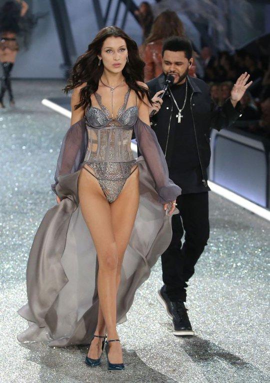 Bella Hadid trình diễn cuốn hút trong sô thường niên của Victorias Secret