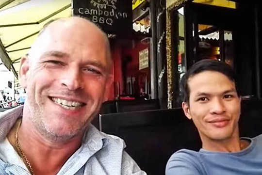 Nguyễn Thành Dũng (phải) và ông chủ đồn điền cao su người Hà Lan.