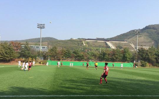 Hai đội thi đấu ở vùng núi với khí hậu rất trong lành