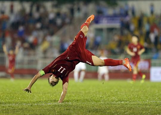 Pha ăn mừng của Thành Lương sau khi ấn định chiến thắng 5-2 cho Việt Nam