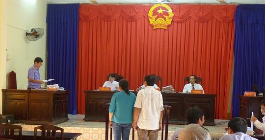 Vợ chồng ông Hưng trong phiên xét xử phúc thẩm lần 2 tại TAND tỉnh Kiên Giang.