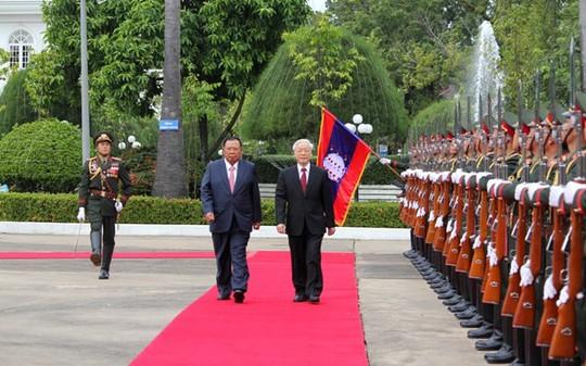 Tổng Bí thư, Chủ tịch nước CHDCND Lào Bounnhang Vorachith và Tổng Bí thư Nguyễn Phú Trọng duyệt đội danh dự - Ảnh: VOV