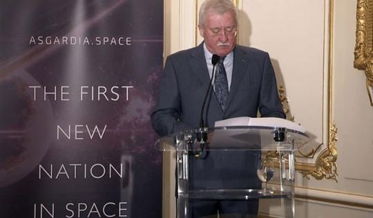 """Tiến sĩ Igor Ashurbeyli thông báo về dự án thành lập quốc gia """"Asgardia"""" ngoài không gian Ảnh: Room.eu.com"""