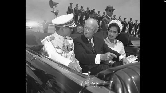 Vợ chồng Quốc vương Bhumibol Adulyadej trong chuyến thăm Mỹ năm 1960. Ảnh: AP