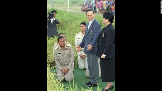 Quốc vương và Hoàng hậu Thái Lan thăm một cánh đồng năm 1996. Ảnh: AP