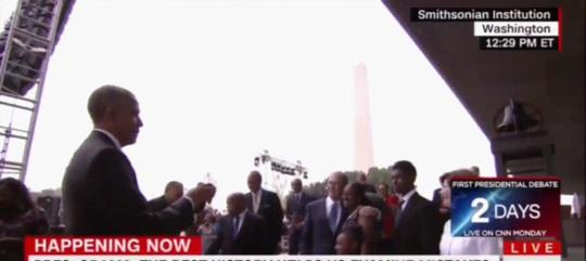 Tổng thống Barack Obama chụp hình cho cựu Tổng thống George W.Bush. Ảnh: CNN