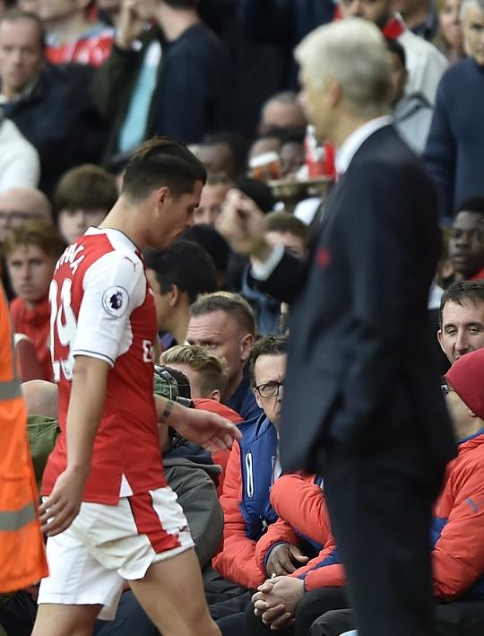 HLV Wenger bênh vực học trò khi cho rằng thẻ đỏ của trọng tài là nặng tay quá mức