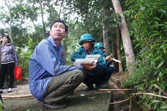 Các chiến sĩ ăn uống trước giờ khởi hành lên núi Dinh