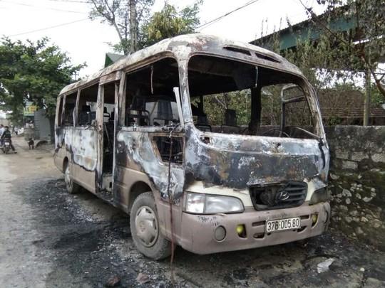 Xe khách bị cháy trơ khung sắt - Ảnh: Ngọc Tuấn