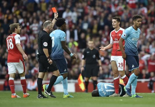 Granit Xhaka nhận thẻ đỏ thứ 8 trong gần 3 năm qua và được mệnh danh là vua thẻ đỏ của bóng đá thế giới hiện tại