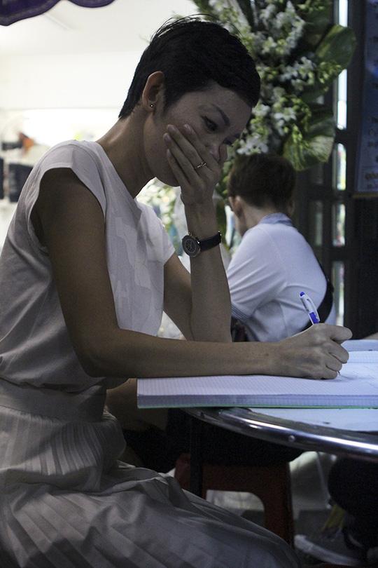 Người mẫu Xuân Lan xúc động ghi sổ tang