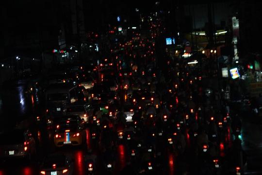 Cảnh lầm lũi di chuyển trong bóng tối trên đường Xô Viết Nghệ Tĩnh, đoạn gần ngã tư Hàng Xanh, quận Bình Thạnh