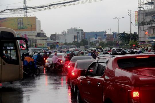 Đây là cảnh ùn ứ, hỗn loạn tại vòng xoay Phạm Văn Đồng - Nguyễn Thái Sơn (quận Gò Vấp) sau cơn mưa chiều nay
