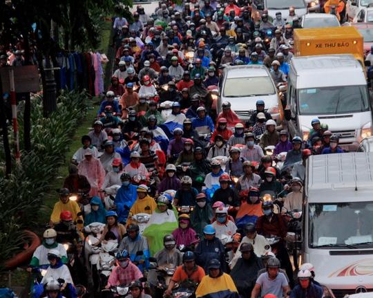 Chiều 7-10, cơn mưa đổ xuống TP HCM từ khoảng 17 giờ 30 phút và sau gần 2 tiếng mới bắt đầu ngớt. Tuy không gây ngập nặng nhưng do rơi vào giờ cao điểm nên đã khiến nhiều tuyến đường từ trung tâm đến ngoại thành TP chịu cảnh ùn ứ nghiêm trọng. Khắp các tuyến đường, Người Sài Gòn lại chết đứng trong mưa