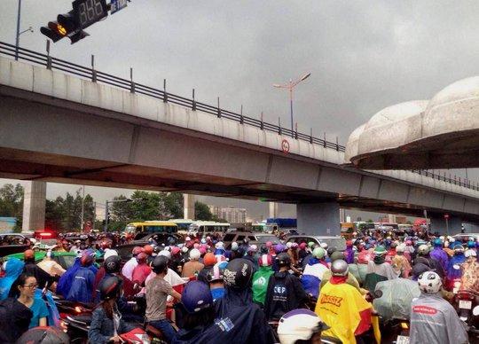 Hàng ngàn phương tiện kèn cựa nhau tại khu vực này để di chuyển