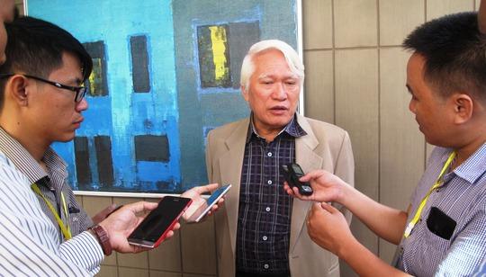 PGS-TS Nguyễn Chu Hồi, nguyên Phó tổng cục trưởng Tổng cục Biển và Hải đảo Việt Nam trả lời báo chí bên ngoài hội thảo