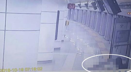 Nạn nhân nằm trên sàn sau khi thoát qua cửa thoát hiểm (khoanh tròn). Ảnh: Yonhap