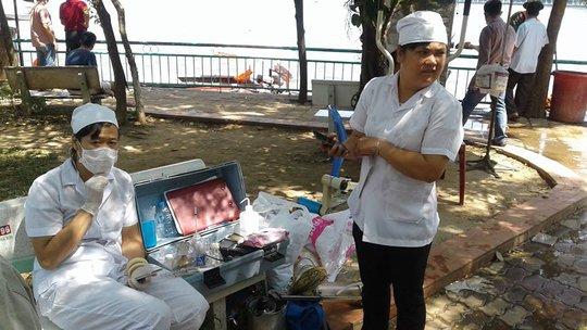 Cán bộ y tế và môi trường túc trực lấy mẫu nước