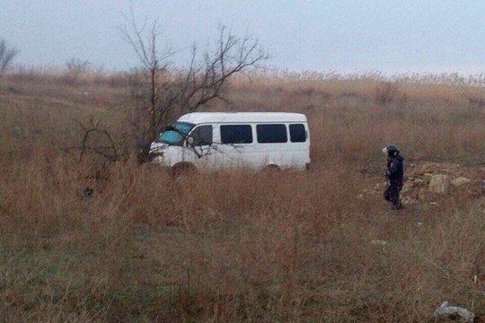 Chiếc xe của các nghi phạm được tìm thấy trên một cánh đồng. Ảnh: CRIME RUSSIA