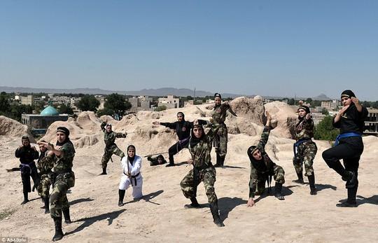 Iran: Đào tạo 4.000 nữ ninja trong sa mạc - Ảnh 4.