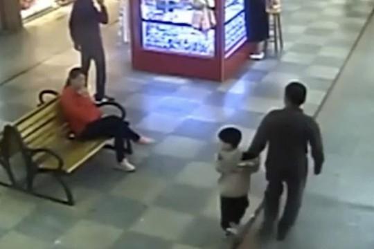 Tình cờ gặp lại con trai bị bắt cóc, cha lao vào giải cứu - Ảnh 1.