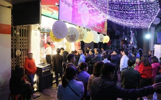 Cảnh người dân xếp hàng trước 5 giờ sáng chờ mua vàng tại phố vàng Trần Nhân Tông (Hà Nội) - Ảnh: VnExpress.