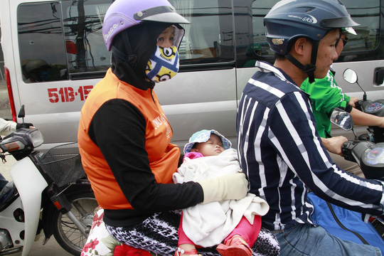 Bơ phờ vì kẹt xe, nhiều em nhỏ phải vạ vật, ngủ thiếp trên tay cha mẹ