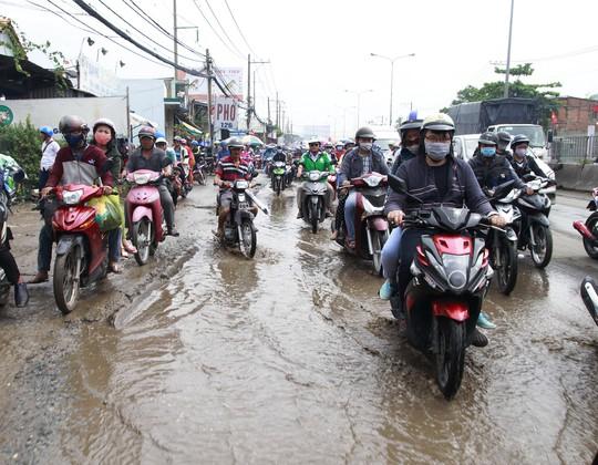 Trong khi đó, cơn mưa đổ xuống vào rạng sáng cùng ngày khiến mặt đường đọng nhiều vũng nước lớn, càng làm việc lưu thông của người dân trở nên vất vả. Nhiều người chạy xe máy xách lỉnh kỉnh hành lý, bồng bế theo con nhỏ quá mệt mỏi phải tấp vào lề đường ngồi nghỉ, chờ kẹt xe giảm bớt mới lưu thông trở lại