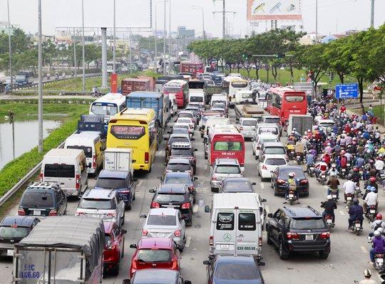 Lượng xe tăng đột biến từ khoảng 5 giờ trên nhiều tuyến đường cửa ngõ phía Tây TP HCM như Quốc lộ 1, Kinh Dương Vương, Hồ Ngọc Lãm… Đồng thời, do ảnh hưởng từ cơn mưa lớn bất chợt đổ xuống, đã gây ra cảnh kẹt xe kéo dài trên những tuyến đường này