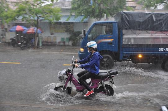 Tại quận 9, mưa cũng làm nhiều đoạn ngập khoảng 30 cm