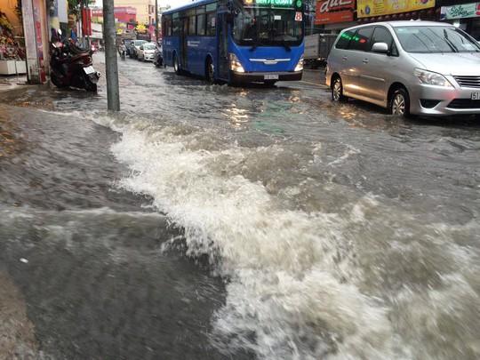 Nước chảy xối xả trên đường Võ Văn Ngân