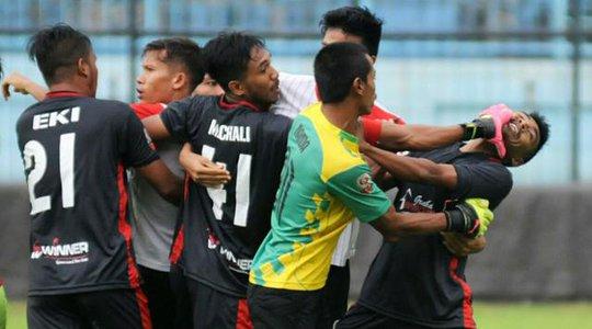 Indonesia: Cầu thủ đánh nhau như giang hồ hỗn chiến - Ảnh 2.