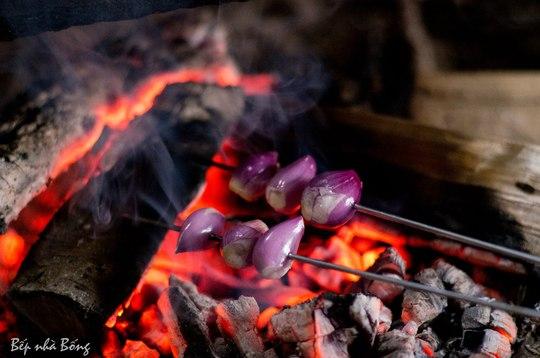 Hành tím nướng trên than hồng