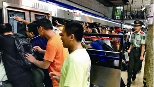 Hàng trăm người đẩy nghiêng tàu điện ngầm, cứu nạn nhân mắc kẹt - Ảnh 2.
