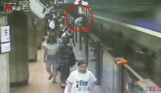 Hàng trăm người đẩy nghiêng tàu điện ngầm, cứu nạn nhân mắc kẹt - Ảnh 1.