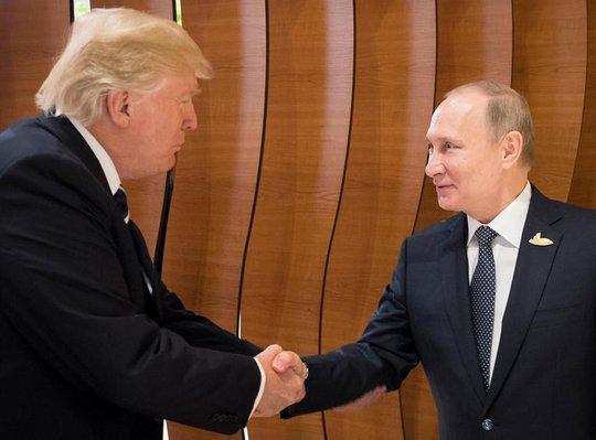 Ngôn ngữ cơ thể của tổng thống Nga - Mỹ trong cuộc họp đầu tiên - Ảnh 1.