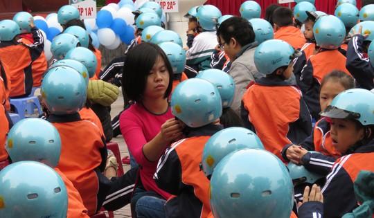 Báo nước ngoài ca ngợi luật đội mũ bảo hiểm của Việt Nam - Ảnh 2.