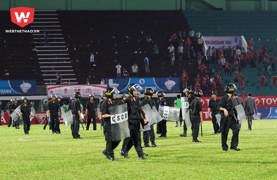 Rất đông cảnh sát cơ động được huy động để hộ tống tổ trọng tài rời sân