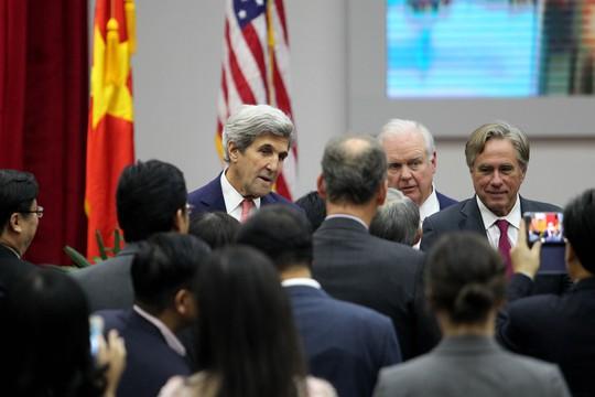 Sau khi gửi lời cảm ơn đến mọi người, Ngoại trưởng Kerry sẽ có cuộc gặp chính thức với Bí thư Thành ủy TPHCM Đinh La Thăng
