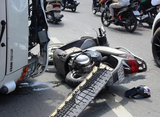Chiếc xe máy của 2 nạn nhân nằm chỏng chơ tại hiện trường