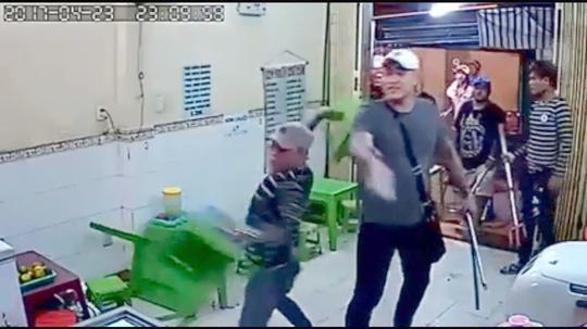 Công an bắt được nhóm giang hồ xịt hơi cay, đập quán kem ở Sài Gòn - Ảnh 3.