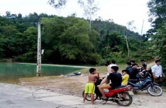 Người chôn biển báo giao thông chết bất thường trên hồ nước - Ảnh 1.
