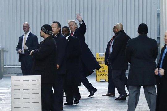 Ông Trump (giữa) sau khi tham dự một cuộc họp tại New York hôm 6-1. Ảnh: REUTERS