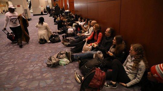Nhiều người chờ đợi bên ngoài trung tâm hội nghị McCormick Place trước khi Tổng thống Obama đến.