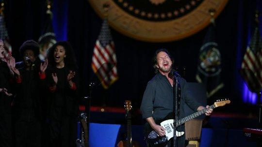 Ca sĩ Eddie Vedder trình diễn trước khi buổi nói chuyện bắt đầu.