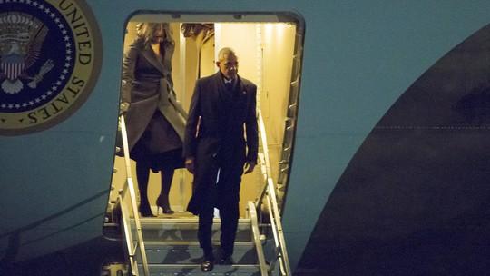 Chiếc Không lực 1 chở gia đình Tổng thống Obama đáp xuống sân bay quốc tế OHare, TP Chicago tối 10-1.